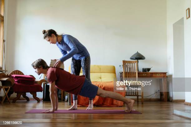 woman helping roommate with exercise routine - real body fotografías e imágenes de stock