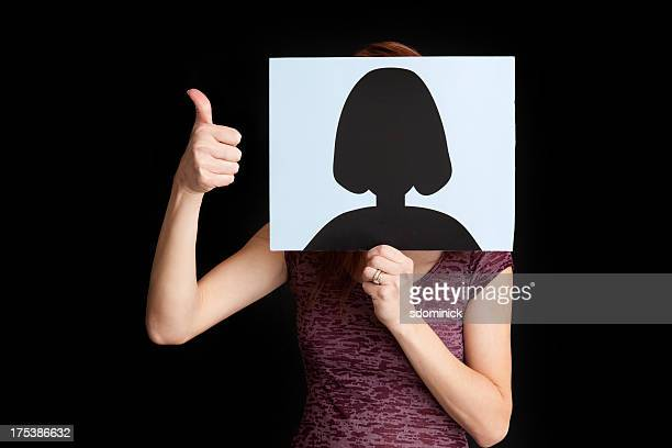 Frau versteckt hinter ein allgemeines Profil Bild