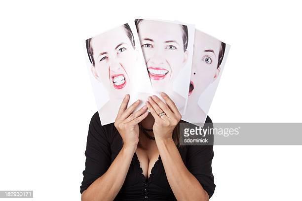 Mujer esconde detrás de sus emociones