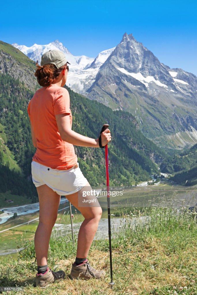 Donna trekking in Alpi svizzere in estate : Foto stock