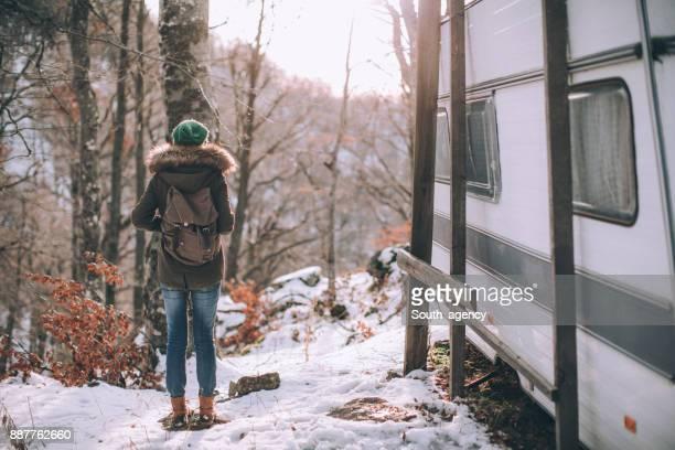 Randonneur de la femme dans la forêt enneigée
