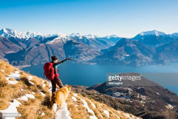 山の女性ハイカーを示す風景 - 自己主張 ストックフォトと画像