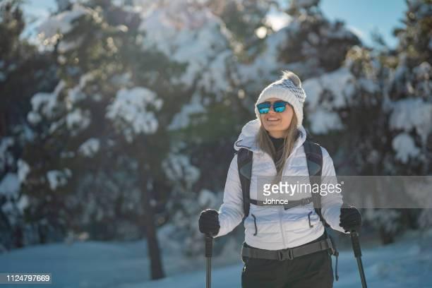 randonneur femme repose de trekking - plan moyen angle de prise de vue photos et images de collection