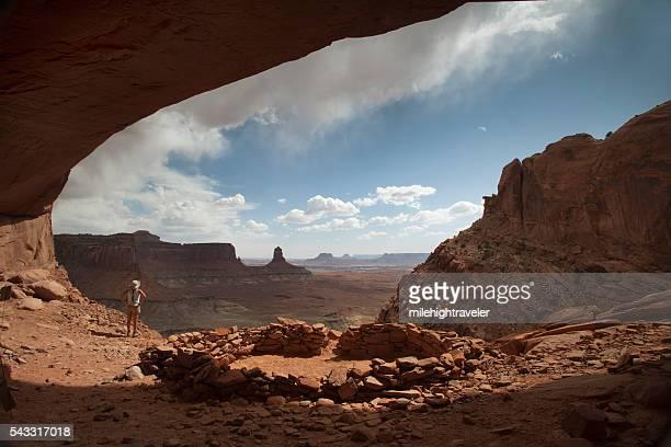 Frau Wanderer stürmischen Alkoven bieten Canyonlands Nationalpark Utah
