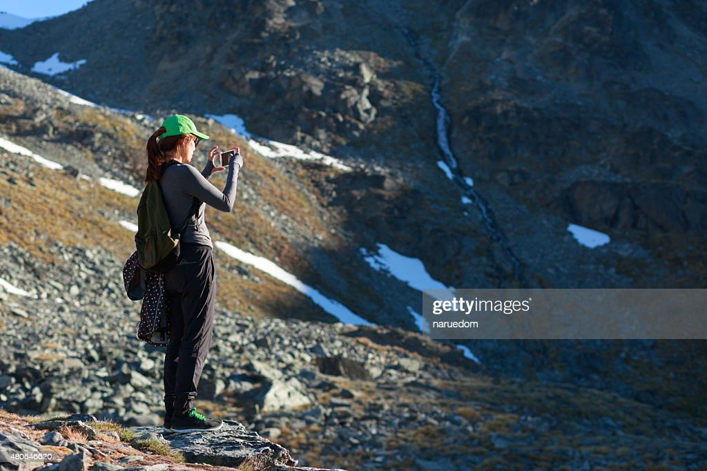 Deportivas mujer tomando fotos con un teléfono inteligente : Foto de stock