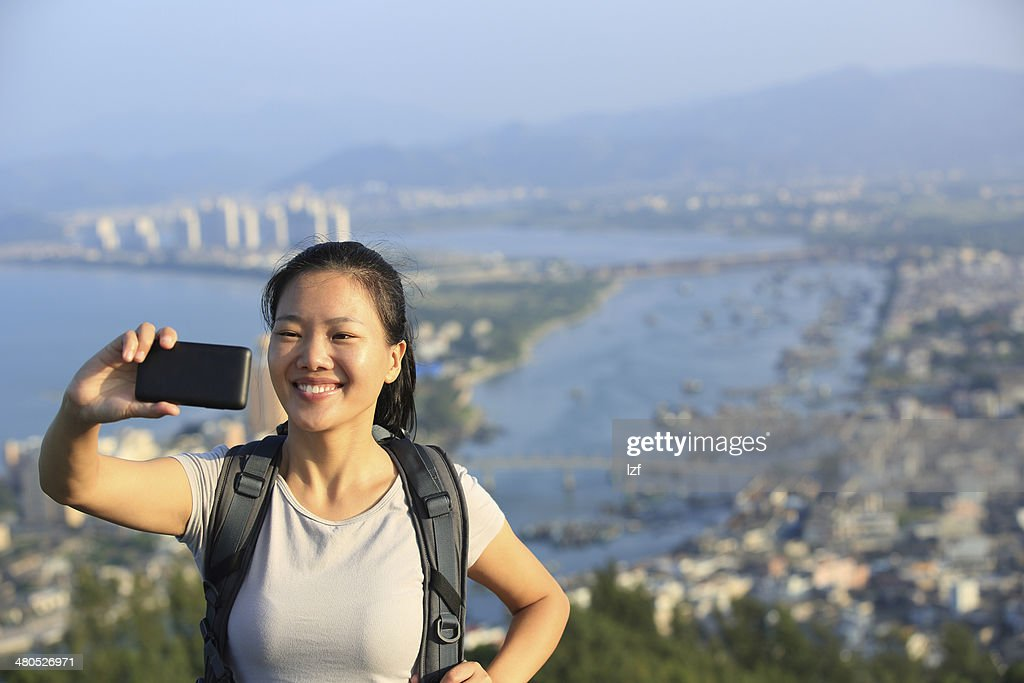 woman hiker use smart phone taking self photo : Stockfoto