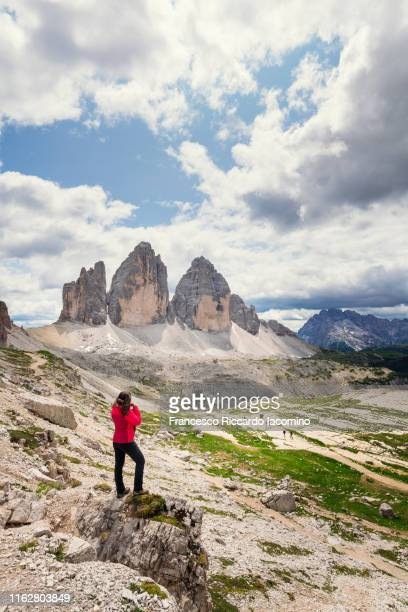 woman hiking at tre cime di lavaredo, dolomites alps, italy - トレチーメディラバレード ストックフォトと画像