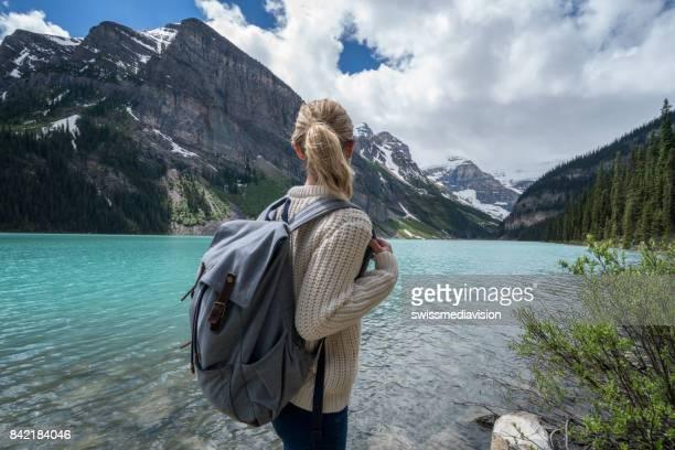 Vrouw wandelen heeft prachtig uitzicht van de berg