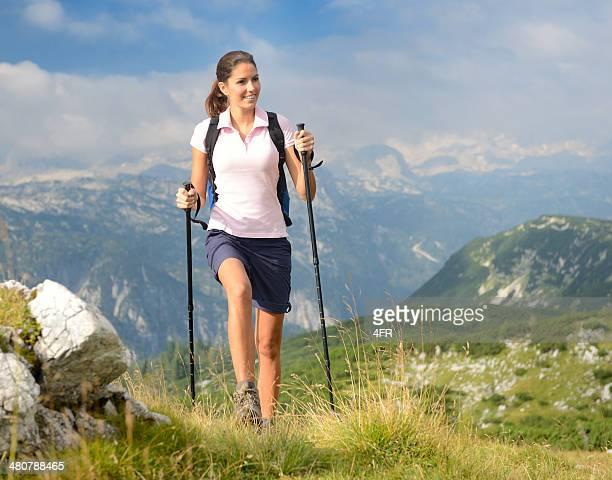 Mujer excursionismo, regiones montañosas, placer actividad deportiva