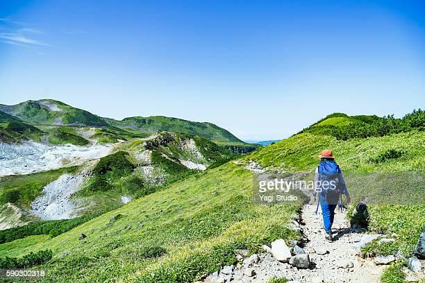 woman hiking in okudainichidake,japan - アウトドア ストックフォトと画像