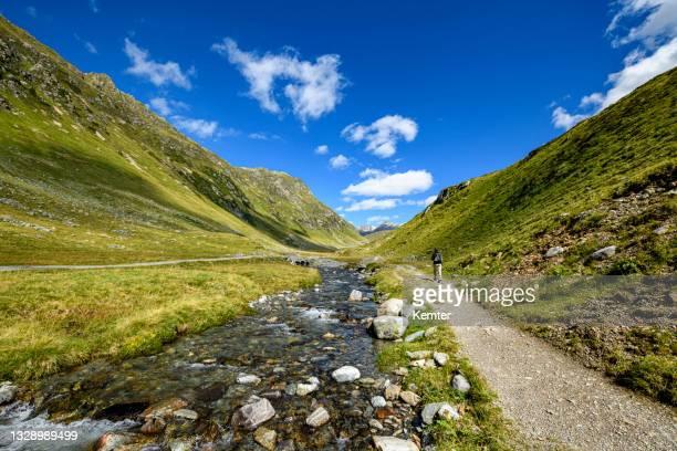 frau wandern in den bergen - kemter stock-fotos und bilder