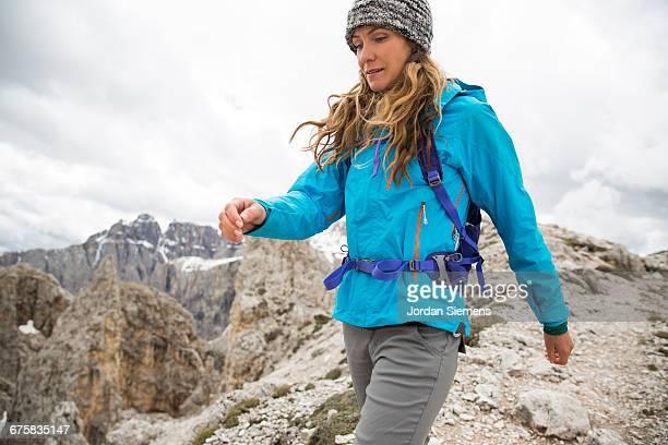 a woman hiking in the mountains. - jaqueta - fotografias e filmes do acervo
