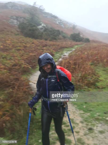 woman hiking in the rain - heidi coppock beard photos et images de collection