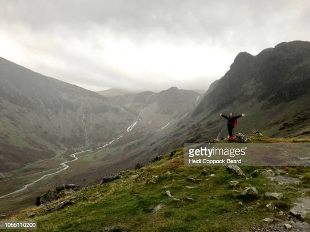 woman hiking in the rain - heidi coppock beard stock pictures, royalty-free photos & images