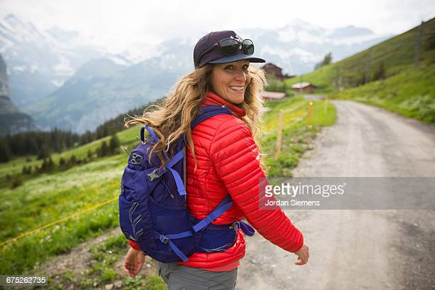 a woman hiking in the swiss alps - jaqueta - fotografias e filmes do acervo