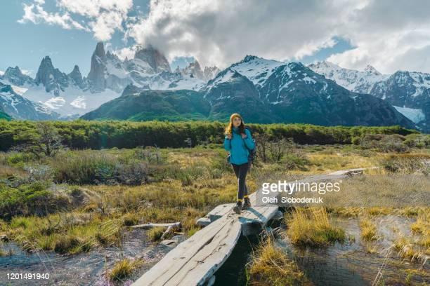 frau wandert in der nähe des fitz roy berges in patagonien - wasserform stock-fotos und bilder