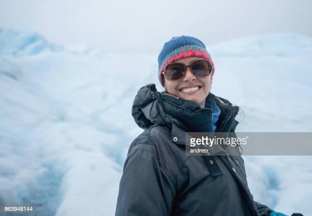 Vrouw op een gletsjer hiking en glimlachen