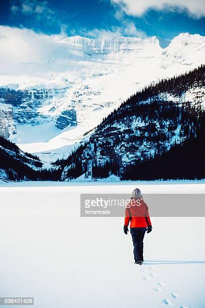 Mujer de senderismo en el parque nacional de Banff en invierno, Canadá