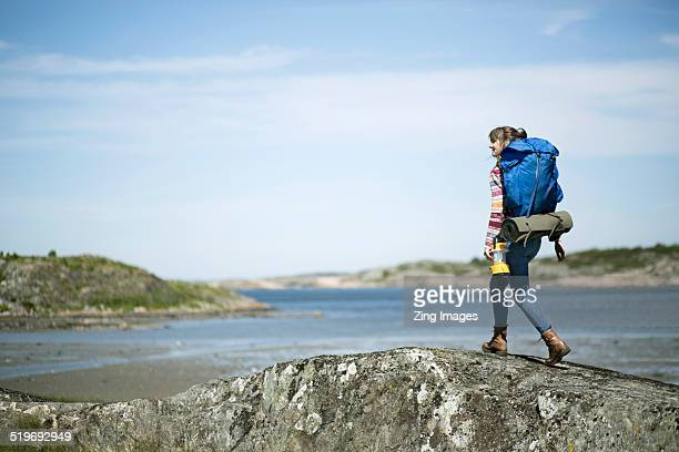 woman hiking - västra götalands län stockfoto's en -beelden