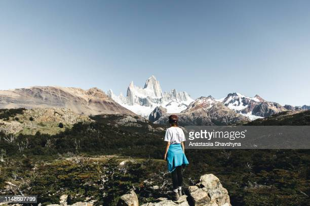 woman hiking to fitz roy in patagonia - patagonia foto e immagini stock