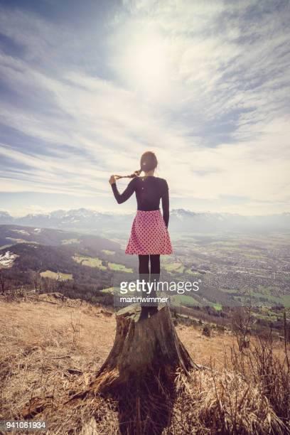 Frau mit rosa Kleid um Berge wandern