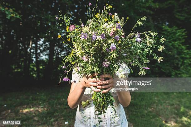 woman hold bouquet of flowers - fiore di campo foto e immagini stock