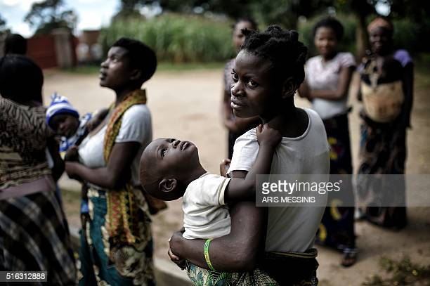 A woman hold her baby in Lilongwe on March 13 2016 / AFP / ARIS MESSINIS / RESTRICTED TO EDITORIAL USE