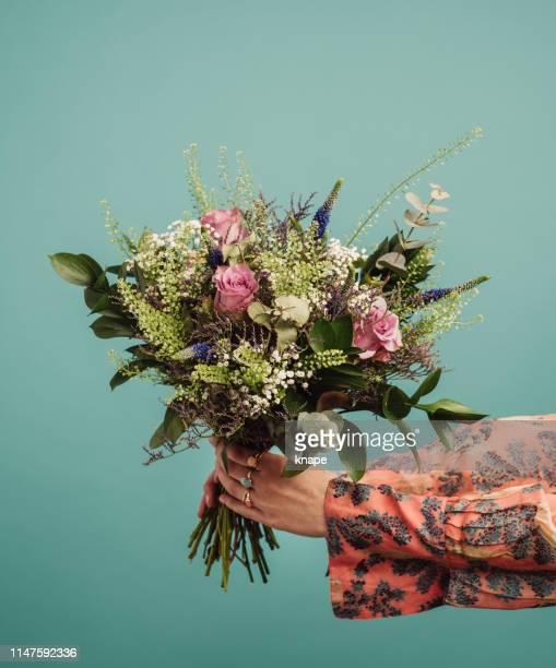 femme retenant un grand bouquet de fleurs - bouquet de fleurs photos et images de collection