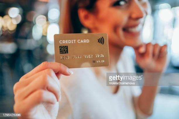 frau mit kreditkarte. - bankkonto stock-fotos und bilder