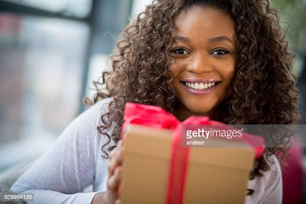 Femme tenant un cadeau