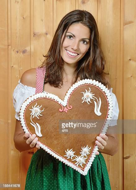 Frau hält eine Lebkuchen Lebkuchen Herzen mit Textfreiraum (XXXL)