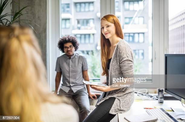 woman holding a meeting at a small business - arbeitskollege stock-fotos und bilder