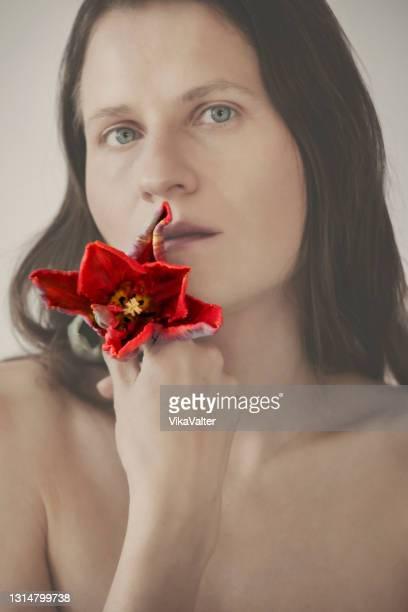 frau hält eine papagei tulpe - weiblichkeit stock-fotos und bilder