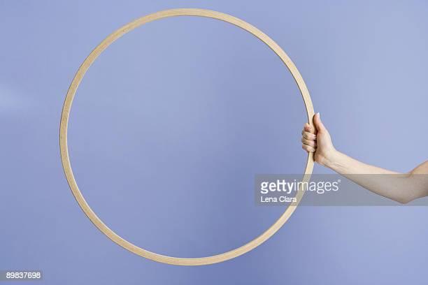 a woman holding a plastic hoop - alleen één mid volwassen vrouw stockfoto's en -beelden