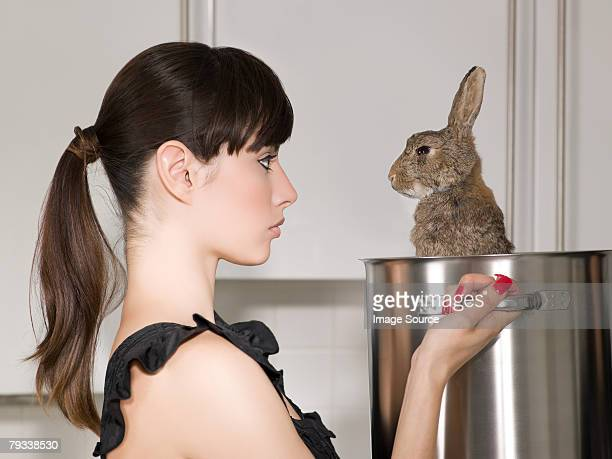 Donna con un coniglio in una casseruola