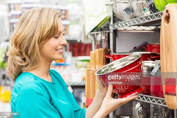 Frau hält ein Rotes Emaille Colander