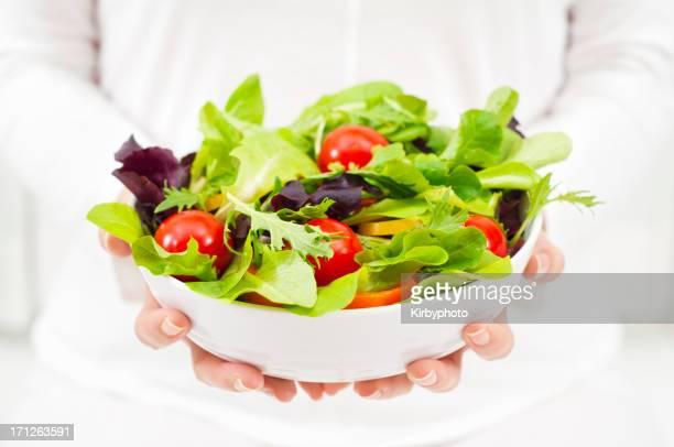 Femme tenant un bol de salade