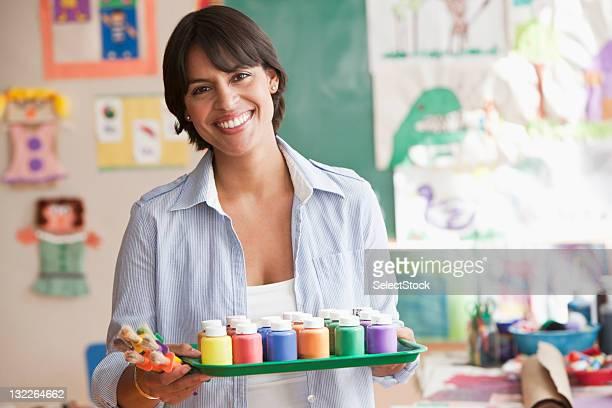 femme tenant un plateau de peinture - enseignante photos et images de collection