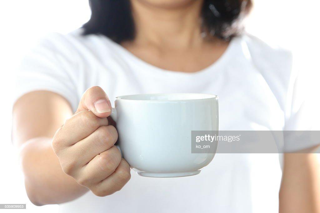 Mulher segurando um copo de café branco. : Foto de stock