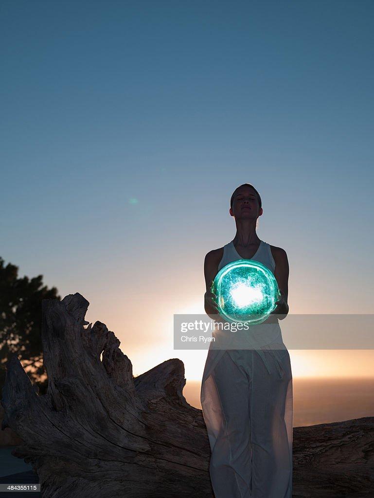 Frau hält eine Kugel : Stock-Foto