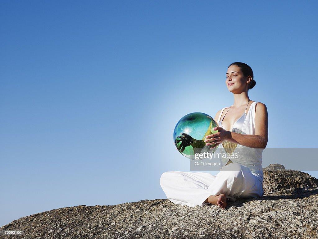 Una mujer sostiene un orb : Foto de stock