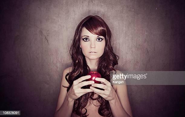 donna con apple - adamo e eva foto e immagini stock