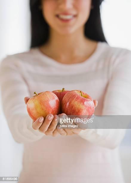 woman holding apples - main tendue photos et images de collection