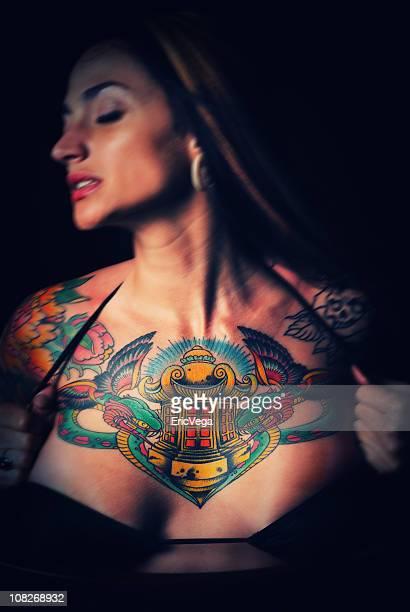 Mulher a segurar o Top de Bikini e exibindo peito Tatuagem