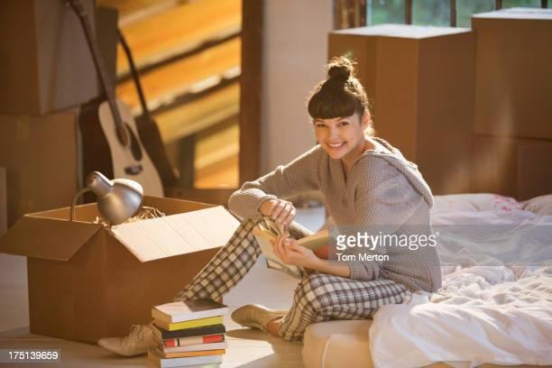 Frau holding Buch im Bett