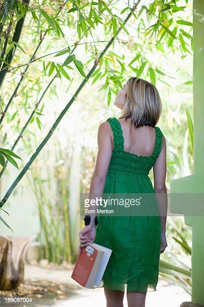 Femme tenant un livre sur la terrasse