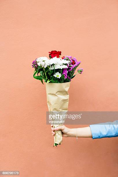 woman holding bunch of flowers - bouquet de fleurs photos et images de collection