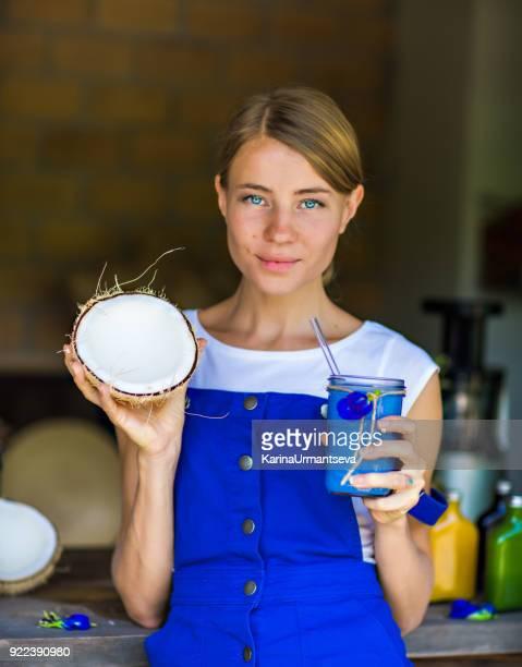 Frau mit Schmetterling Erbse Tee