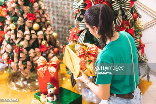 woman holding christmas gift box - natal brazil stock pictures, royalty-free photos & images