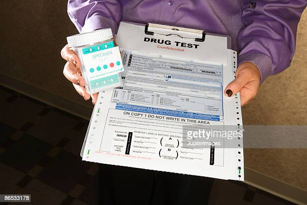 woman holding clipboard with drug test - exame de drogas - fotografias e filmes do acervo